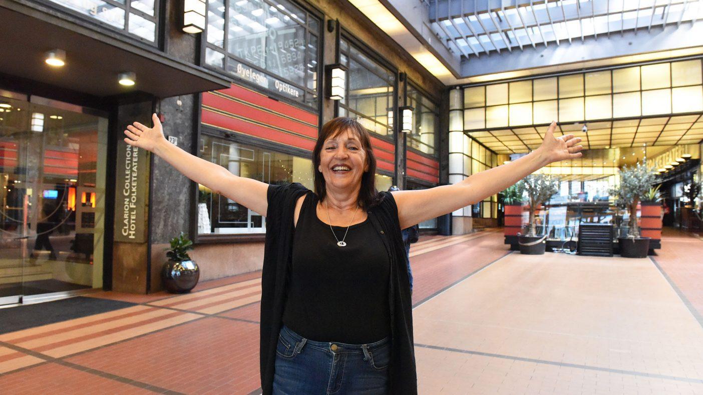 Eva Baisgård gleder seg over stinn brakke i Folketeaterpassasejen. Nå er hotellet fullbooket. Det samme er arrangementet på Grilleriet.