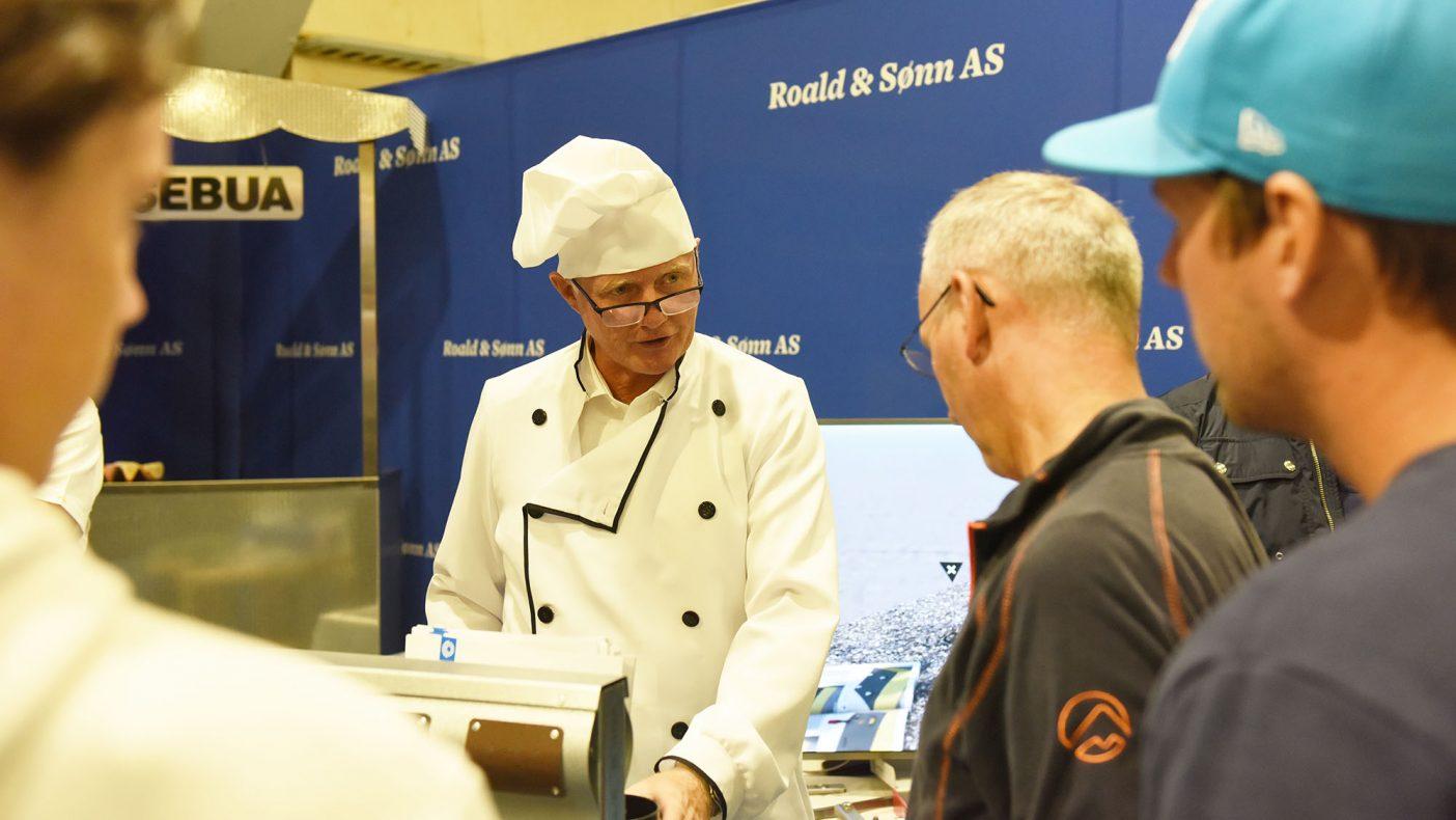 Knut Roald gos Roald & Sønn AS har kombinasjon av metall og pølsebu og var antrukket i kokkebekledning for anledningen.
