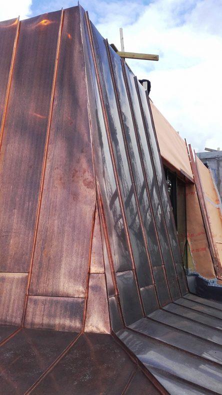 Kobbertekking med vekslende inndeling, hjørnekjøl og overgang fra tak til vegg.