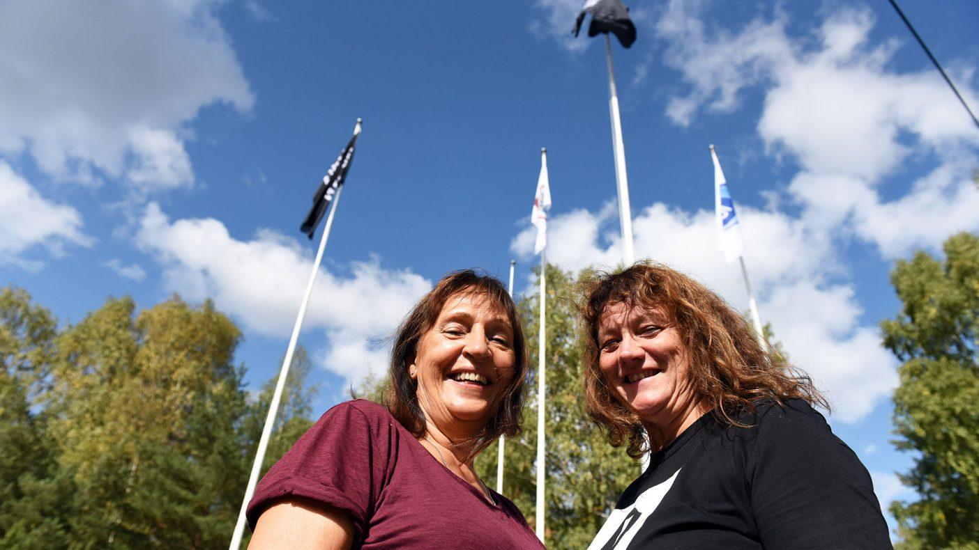 Eva Baisgård (t.v) og Torill Wollebekk kunne bivåne at messeflaggene ble heist utenfor Ekeberghallen torsdag.