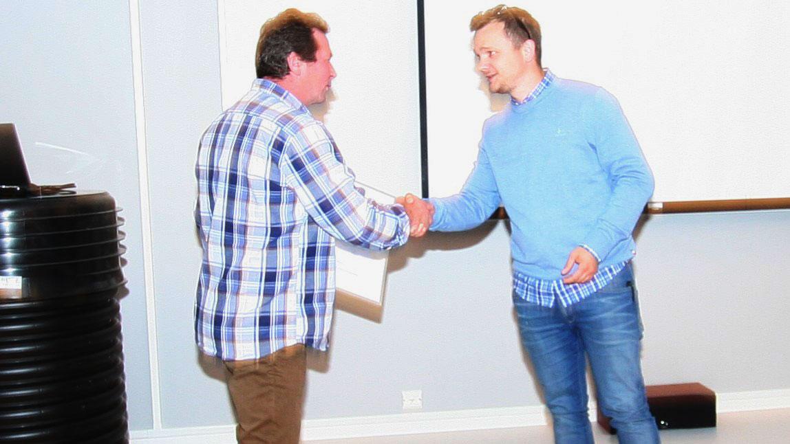 Stein Ove Asp overrekker en gave verdt 40 000 kroner til Johan Dolmen, styreleder i Rørentreprenørene Norge Distrikt 10.