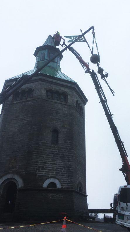 Kranbil måtte heise ned deler av tårnet. Nå er arbeidet i gang med å få opp nytt.