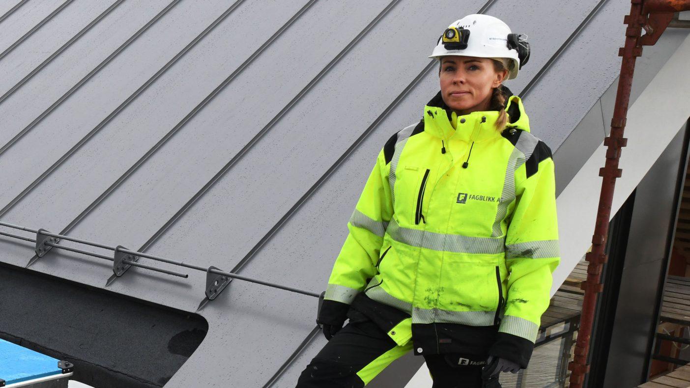 Hanne Rausand er glad for kampanjen BNL setter i gang for å få flere damer inn i byggebransjen og skulle hatt flere blikkenslagere med samme kjønn.