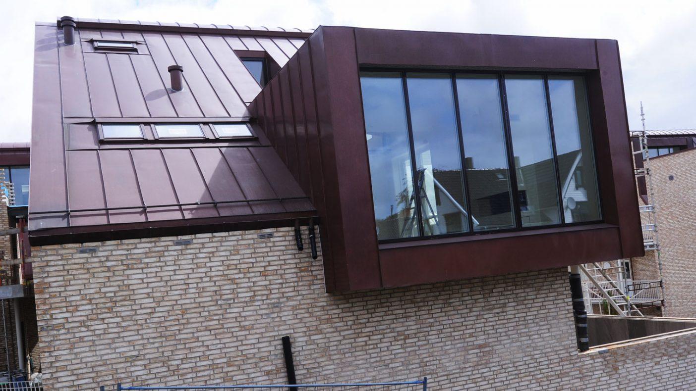 Både på tak og rundt vinduer er det gjort mye blikkenslagerarbeider med kobber.