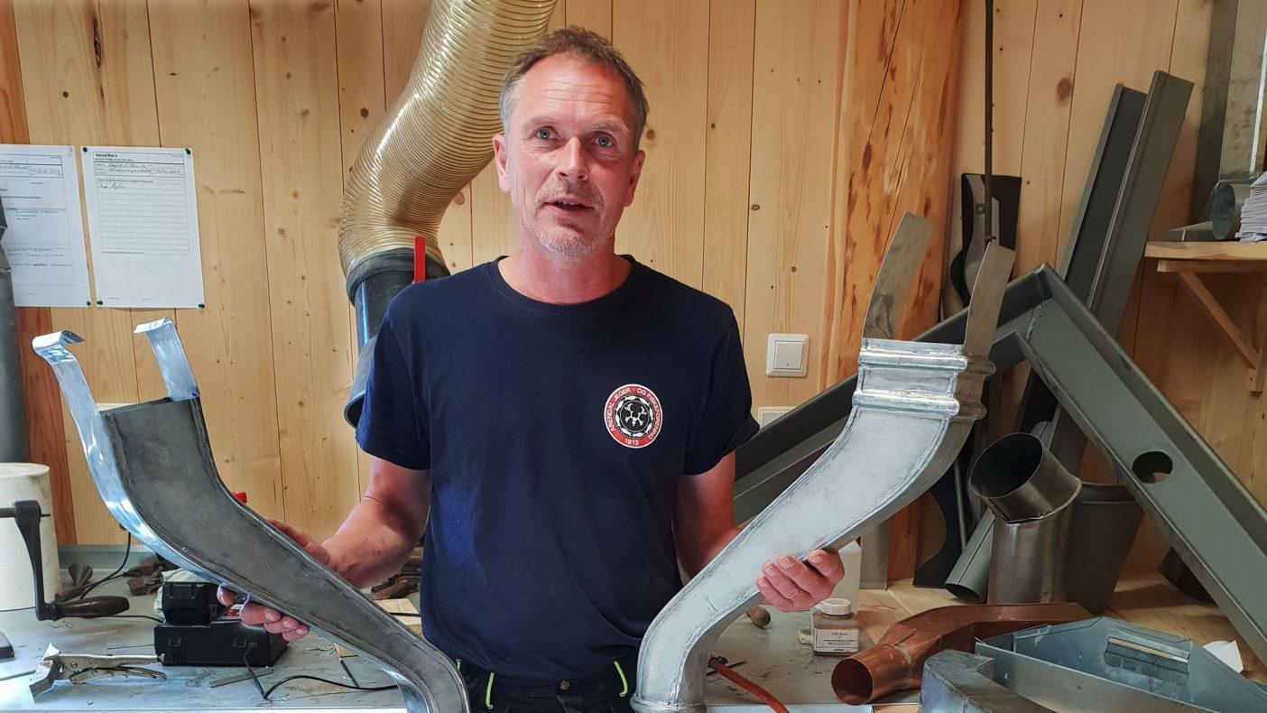 Blikkenslager Inge Myhren kopierer gamle teknikker når bygg skal renoveres.