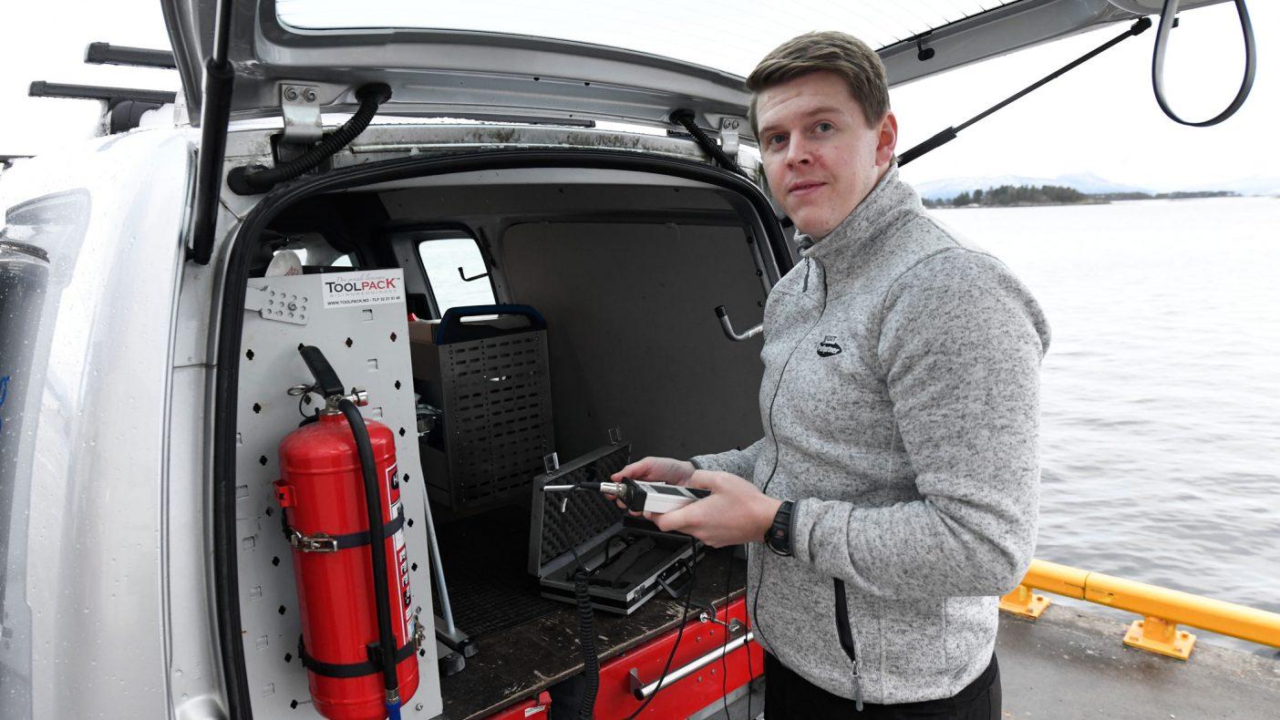 I bilen har Aleksander Fossan utstyret som trengs for å jobbe med ventilasjon og luftmålinger.