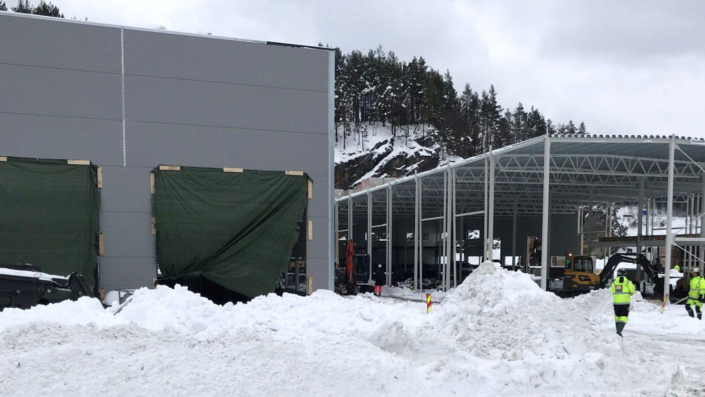 Snøen skaper utfordringer på Sørlandet og for Salvesen Blikk og Ventilasjon AS som skal til med arbeid på dette bygget.