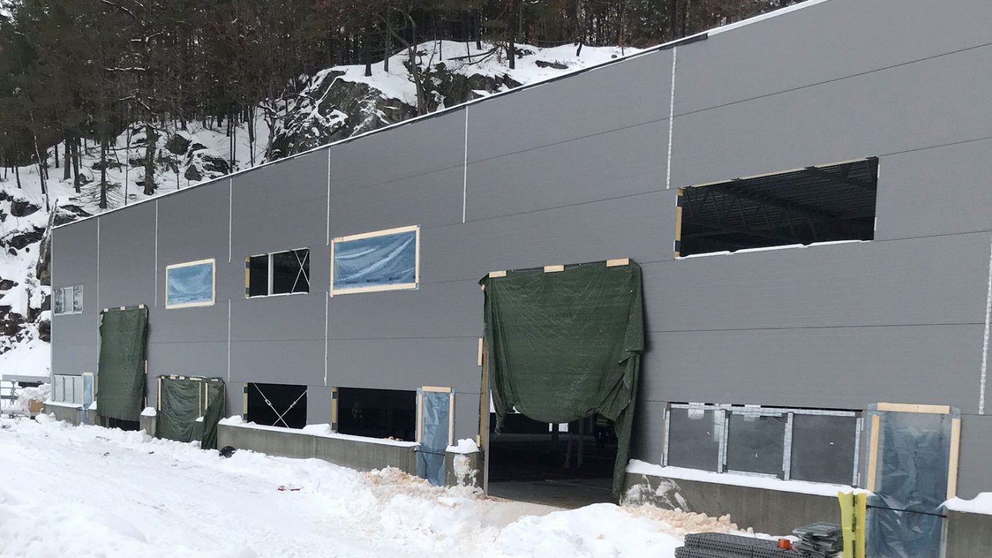 Beslag og gesims skal på plass på dette bygget i Kristiansand snart om ikke vinteren blir for hard.