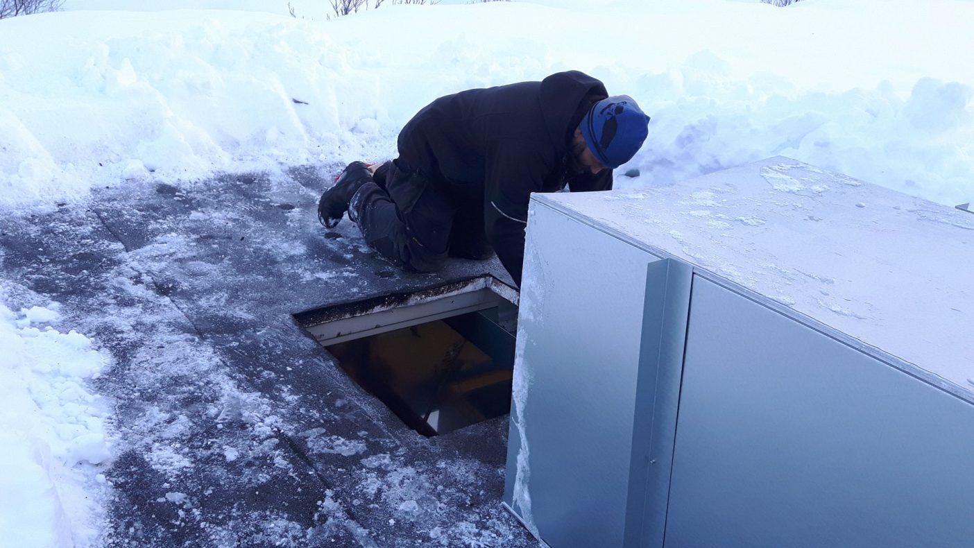 Å lage hull i taket for å ordne ventilasjon krever sin mann med mye snø i Svolvær.