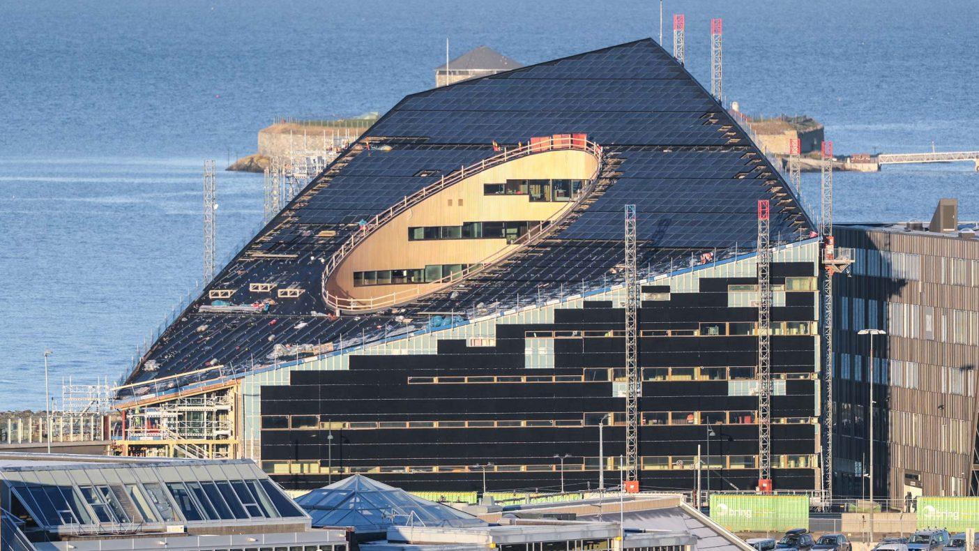Powerhouse Brattørkaia bygges for fremtiden. Huset skal produsere energi med solceller og spare energi med et ventilasjonsanlegg som har lavt lufttrykk.