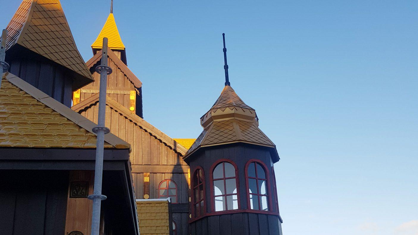 Tårnene på Soria Moria slott har blitt fornyet og fått tilbake gullfargen.
