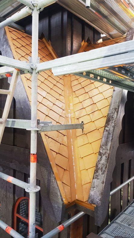 Her ser vi overgangene på takflatene til et av tårnene.