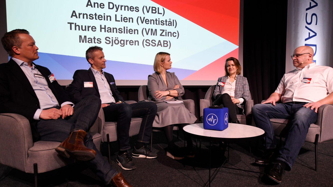 Konferansier Ingrid Gjessing Linhave hadde en prat i sofaen med Mats sjögren, SSAB, Arnstein Lien, Ventistål, Ane Dyrnes, VBL og Thure Hanslien, VMZINK.