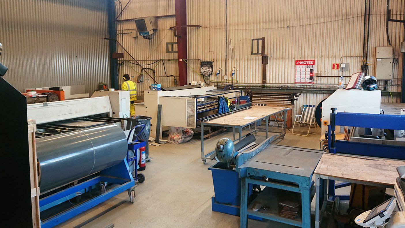 Fjell Blikk har godt med maskiner og utstyr til moderne blikkenslagerproduksjon.