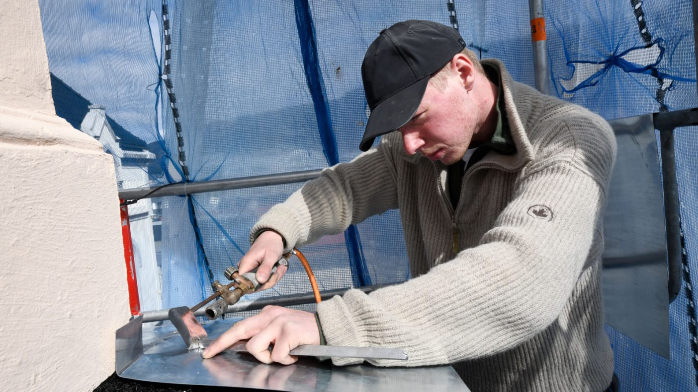 Lodding av sink er en av oppgavene som Alv Odin Ørbeck liker å jobbe med.