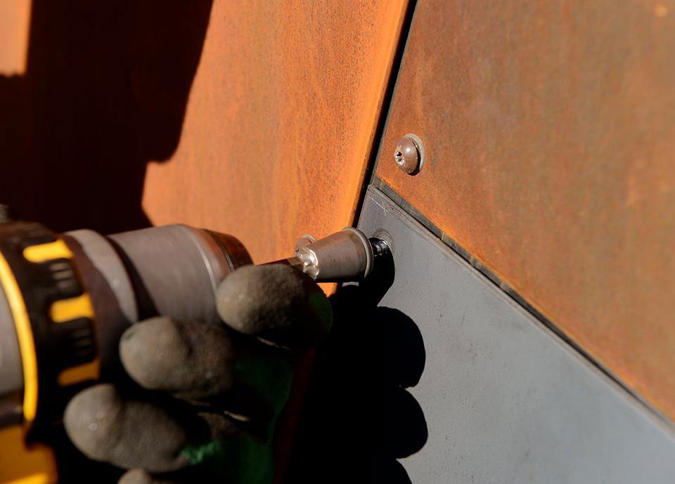 Blikkenslagerne måtte være veldig nøyaktige når de monterte cortenstål-platene.