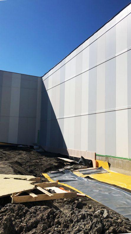 Høye fasadekassetter preger den nye skihallen utvendig.