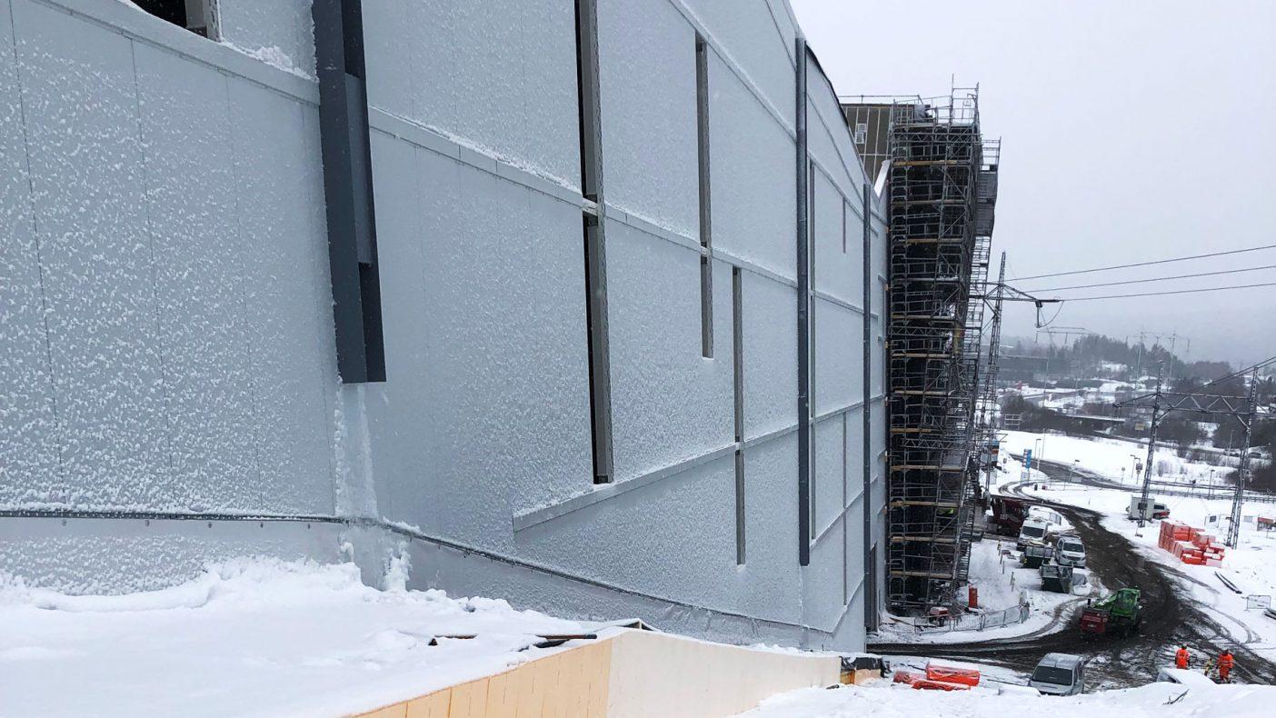 Å bygge fasade i en lang skråning har bydd på visse utfordringer.