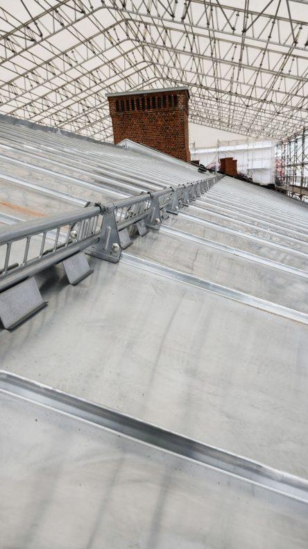 Store tak som på bygg B har fått ny sink og snøsikring av blikkenslageren.