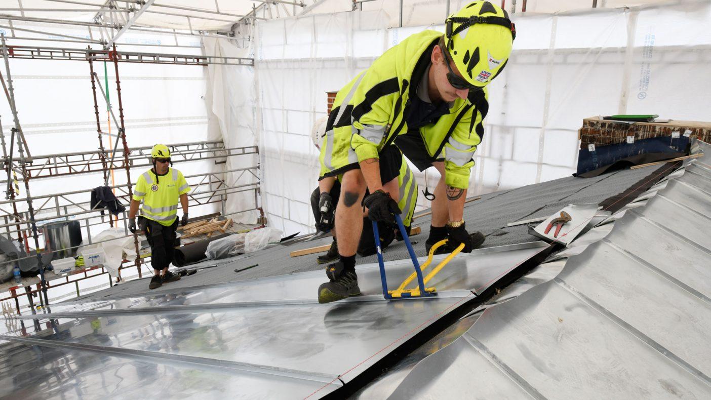 6-7 arbeidere vil være i sving i to år med sinkarbeid. Jonas Teigen-Kolerud og Maciej Babiarz jobber her med falsene.