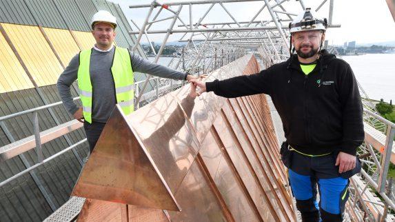 2600 håndvalsede kobberbiter på tak