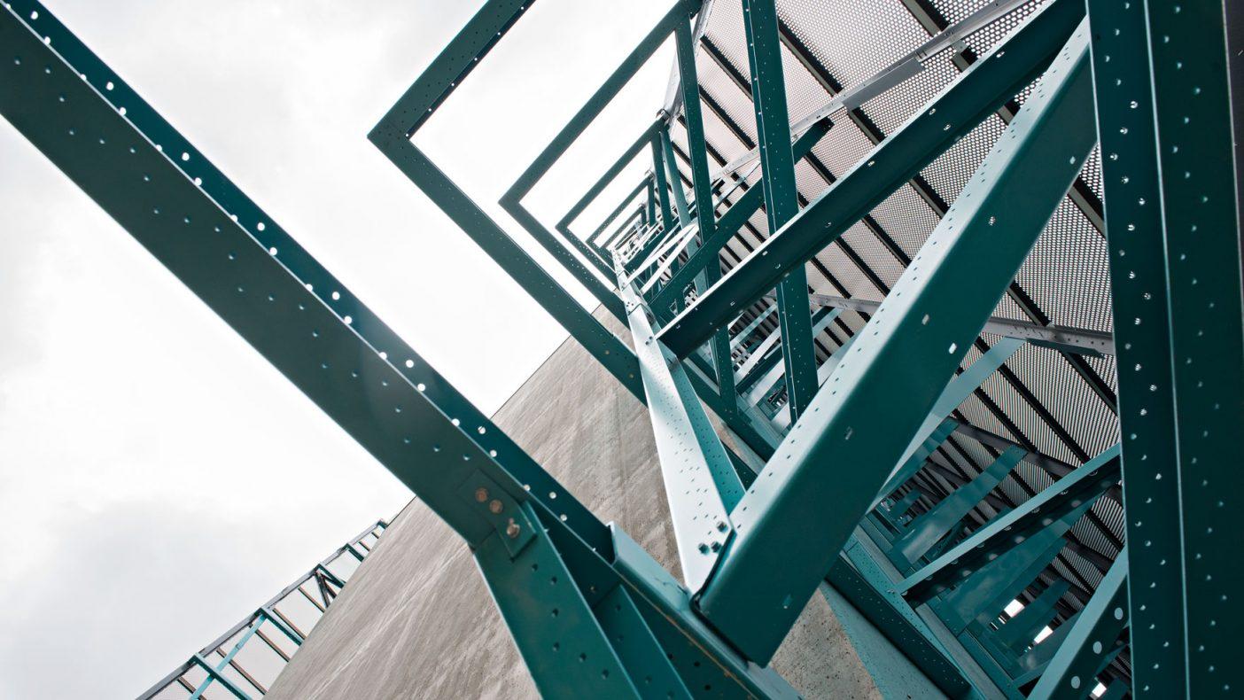 Store konstruksjoner er bygd ut fra betongveggen til den ytre fasaden.