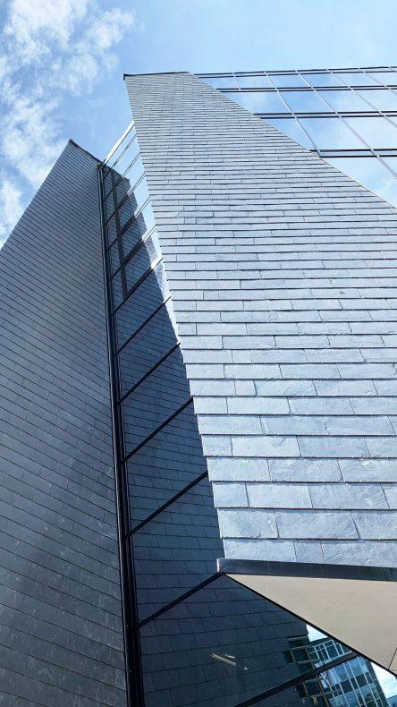 Flott fasade med blant annet skifer preger bygget i sentrum av Stavanger.