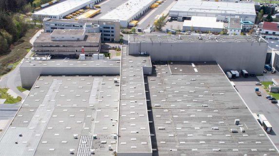 Beslag i overgang mellom flate tak og høyere vegger