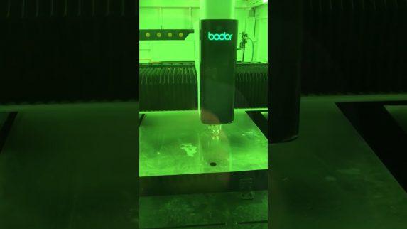 Lasermaskin skjærer ut pipehatten