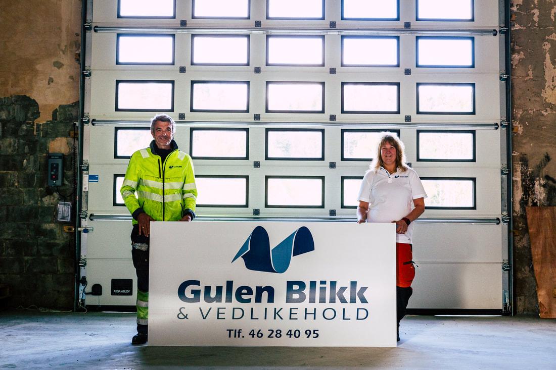 Med skilt og utstyr på plass er Eva Kløvtveit og Rune Larsen i full gang i lokaler i Gulen.
