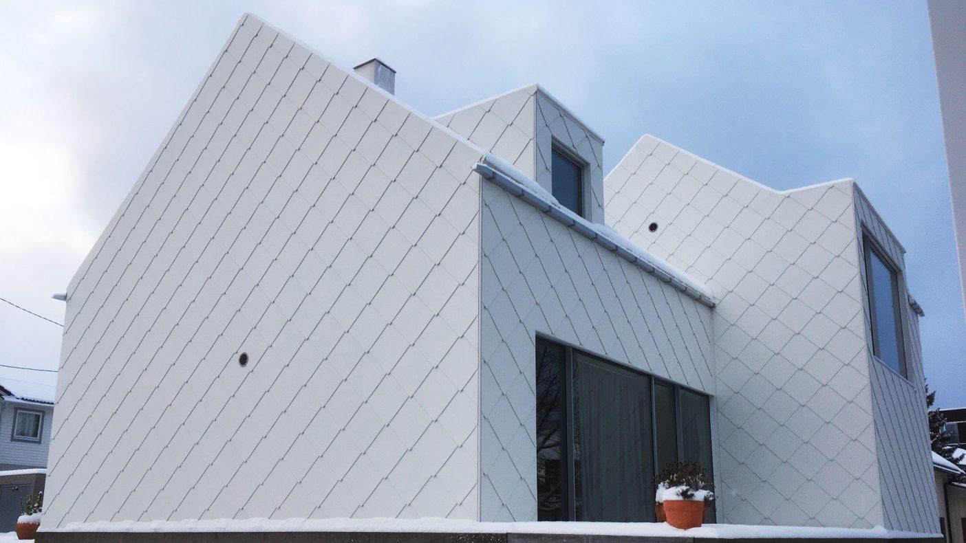 Rutetekking både på tak og fasade får folk til å komme til huset for å se på det.