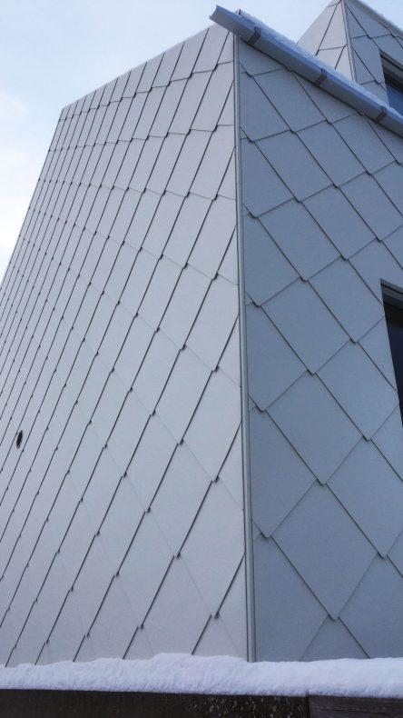 1500 ruter følger rundt byggets fasader og tak.