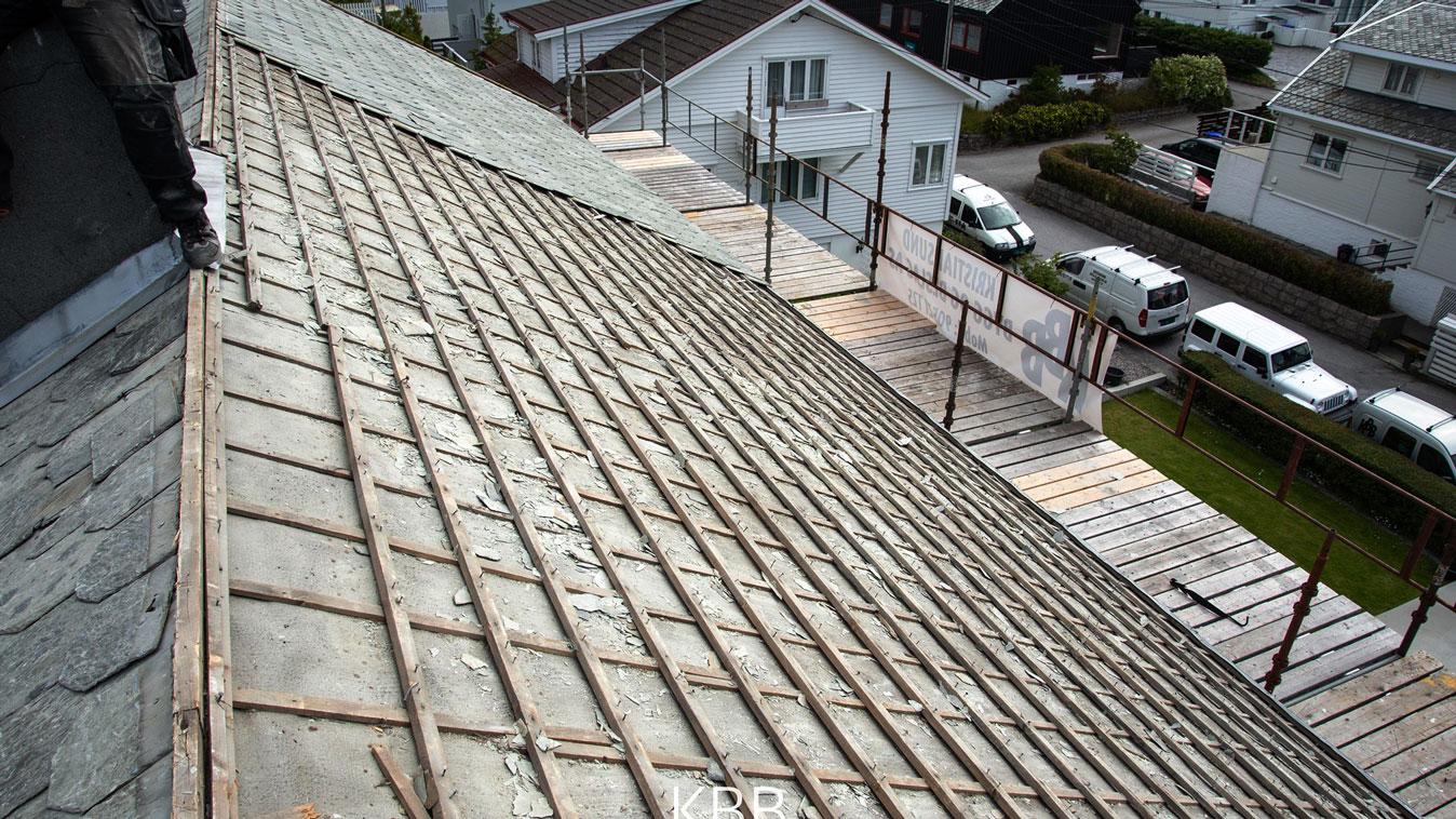 Skifte av tak med pipehatt og beslag fyller arbeidsdagene.