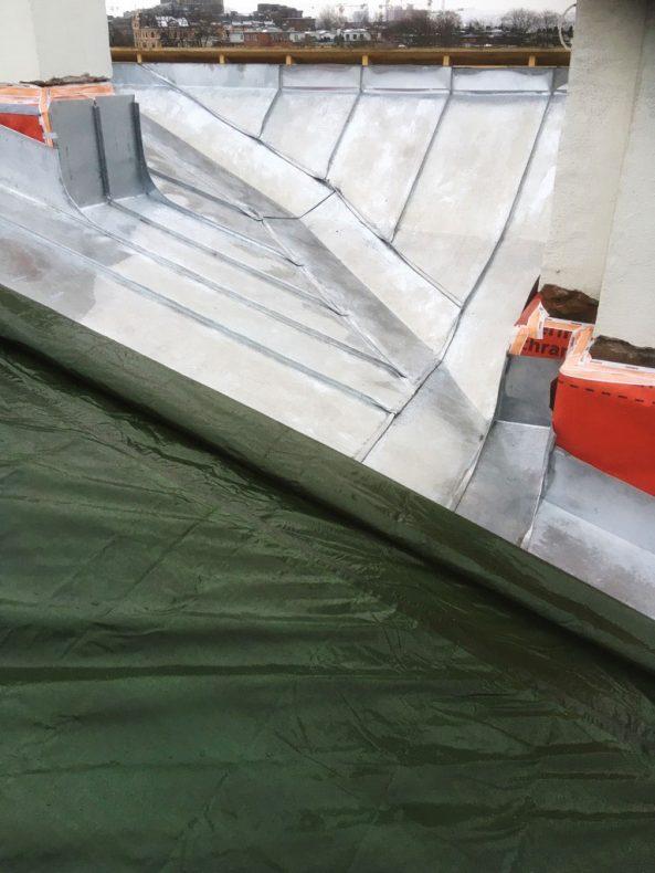 Legging av sink på taket blir gjort med oppvarming om vinteren og krever ekstra innsats.