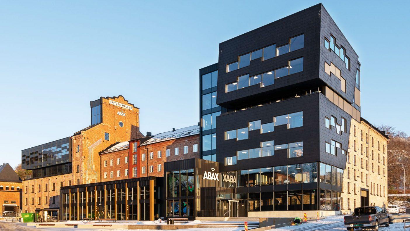 Aluminiums-fasaden preger en fornyet mølle i Larvik.