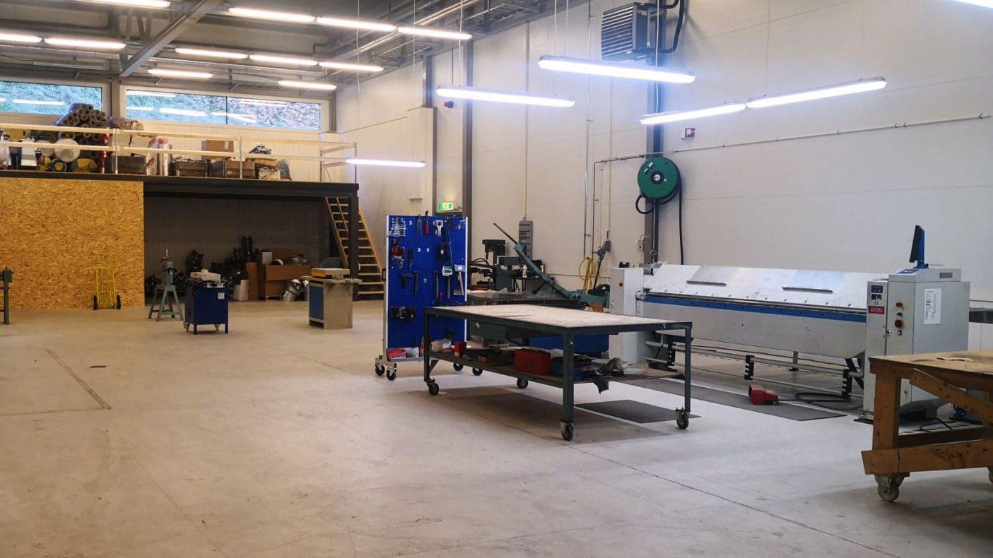 Knekke og annet utstyr får god plass på verkstedet.