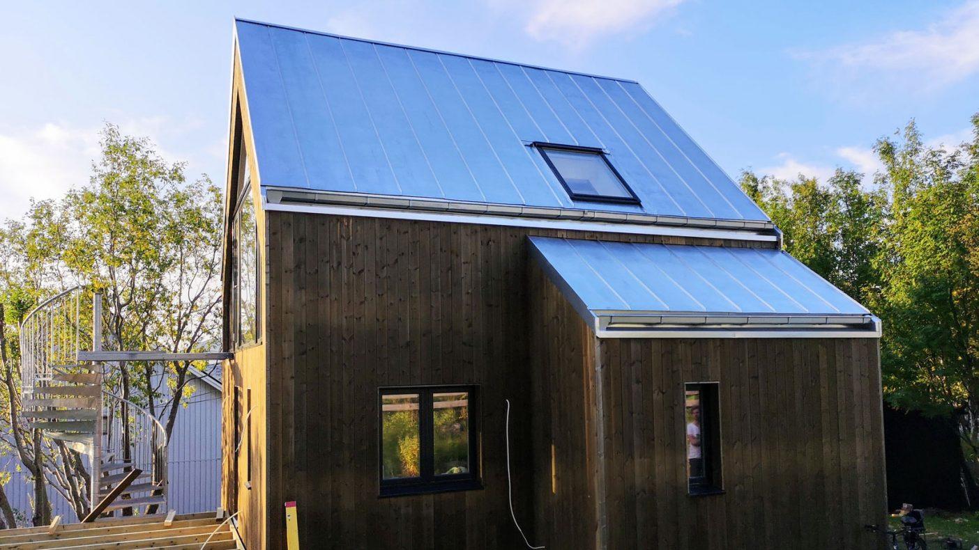 Dette huset i Hammerfest har fått tak med Lindabs «Magestic» og materialet har en stålkjerne i plx-kvalitet, med en overflatelegering av i hovedsak sink, pluss litt aluminium og magnesium.