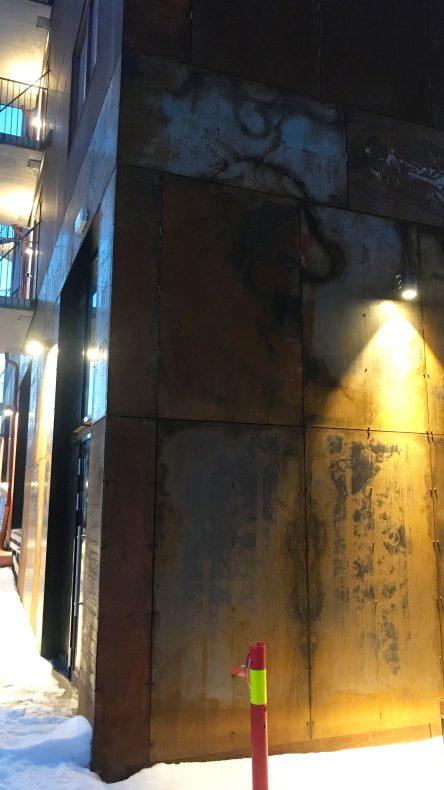 Fasaden ruster og skaper fine mønster.