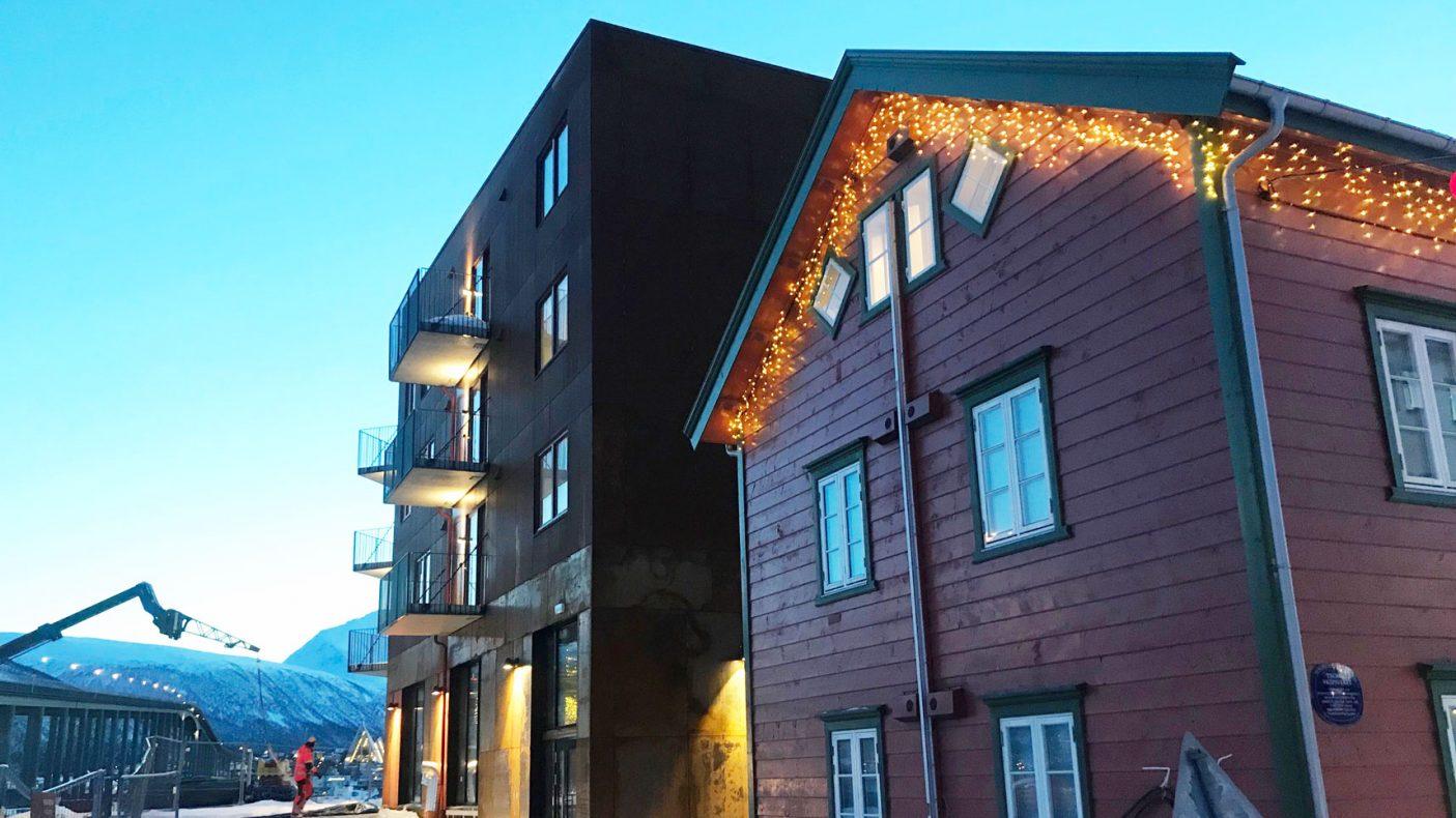 Det nye bygget står sammen med gammel bebyggelse i Tromsø. Foto: Brage Einset
