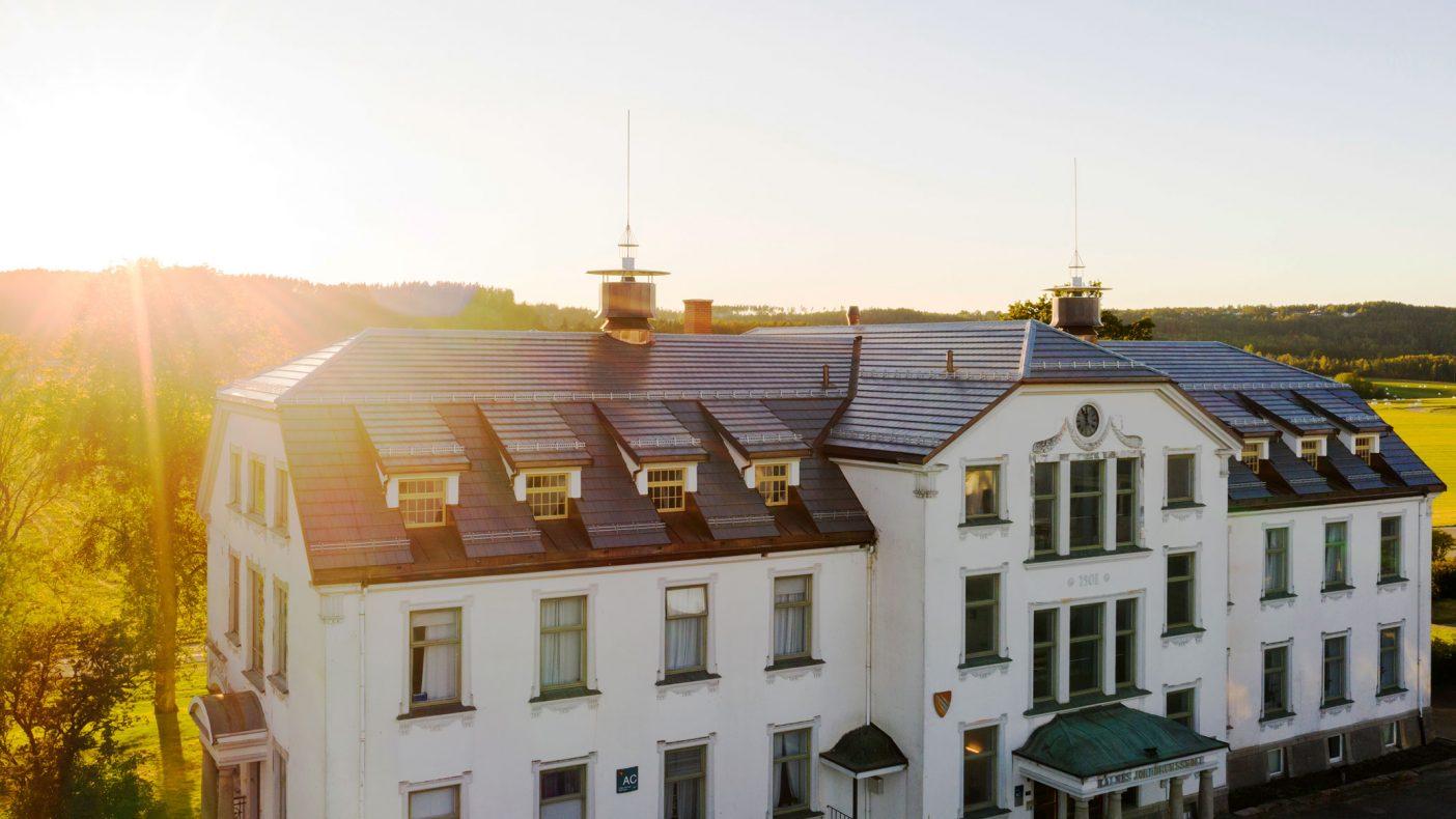 Taket er ferdig renovert, mens nå skal fasadene fornyes.
