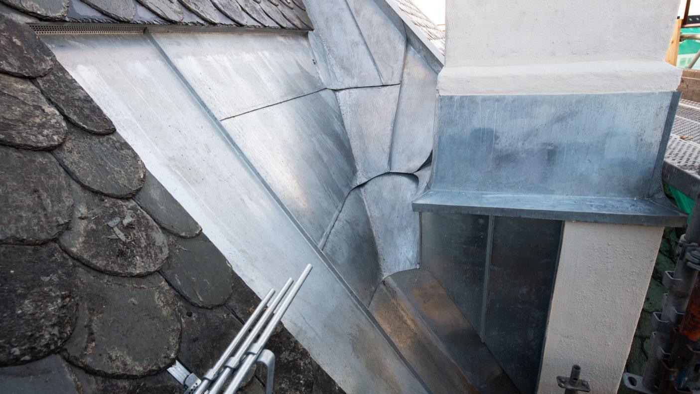 Overganger mellom tak og pipe er noe som blikkenslagerne måtte løse.