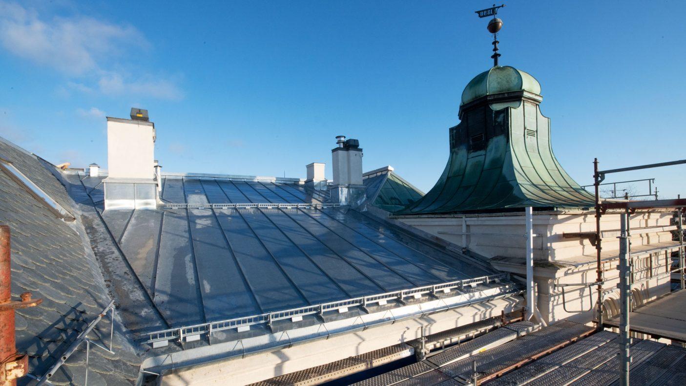 Den gamle kobberkuppelen består, men ellers er skifer og sink skiftet ut på taket.