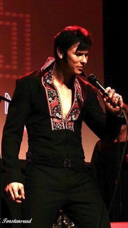Slik er Tony Nilsson som Elvis på fritiden.