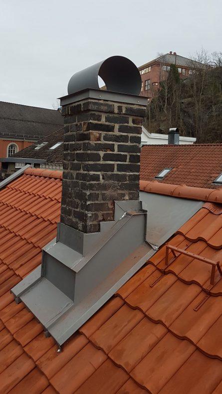 Reparasjoner av beslag rundt piper på gamle hus er noe av arbeidet som utføres.