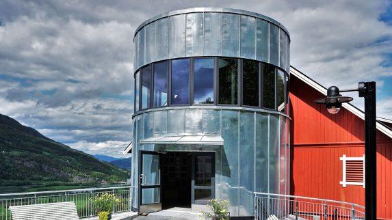 Kunst-silo kledd med blank sink