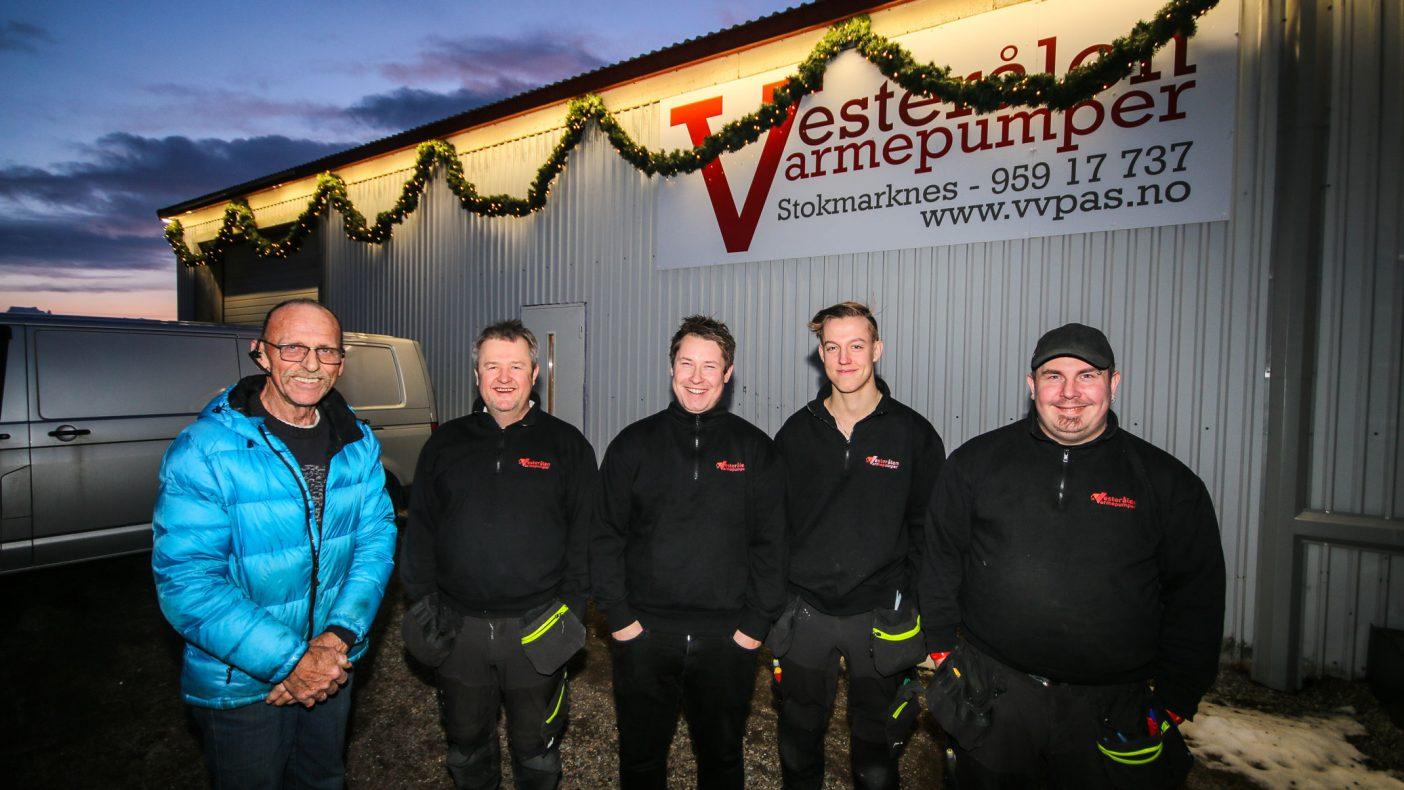 Optimisme råder hos Vesterålen-bedriften. Her ser vi til venstre vaktmester for bygget Per Kristian Lehn sammen med Bjørn Egil Halvorsen, Gøran Jensen, Preben Jensen og Mathias Knutsen. De to sistnevnte jobber på timer, kan kan bli fast ansatt i løpet av året om utviklingen fortsetter.