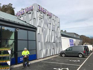 Fasade-arbeid på denne Rema-butikken er et av prosjektene.