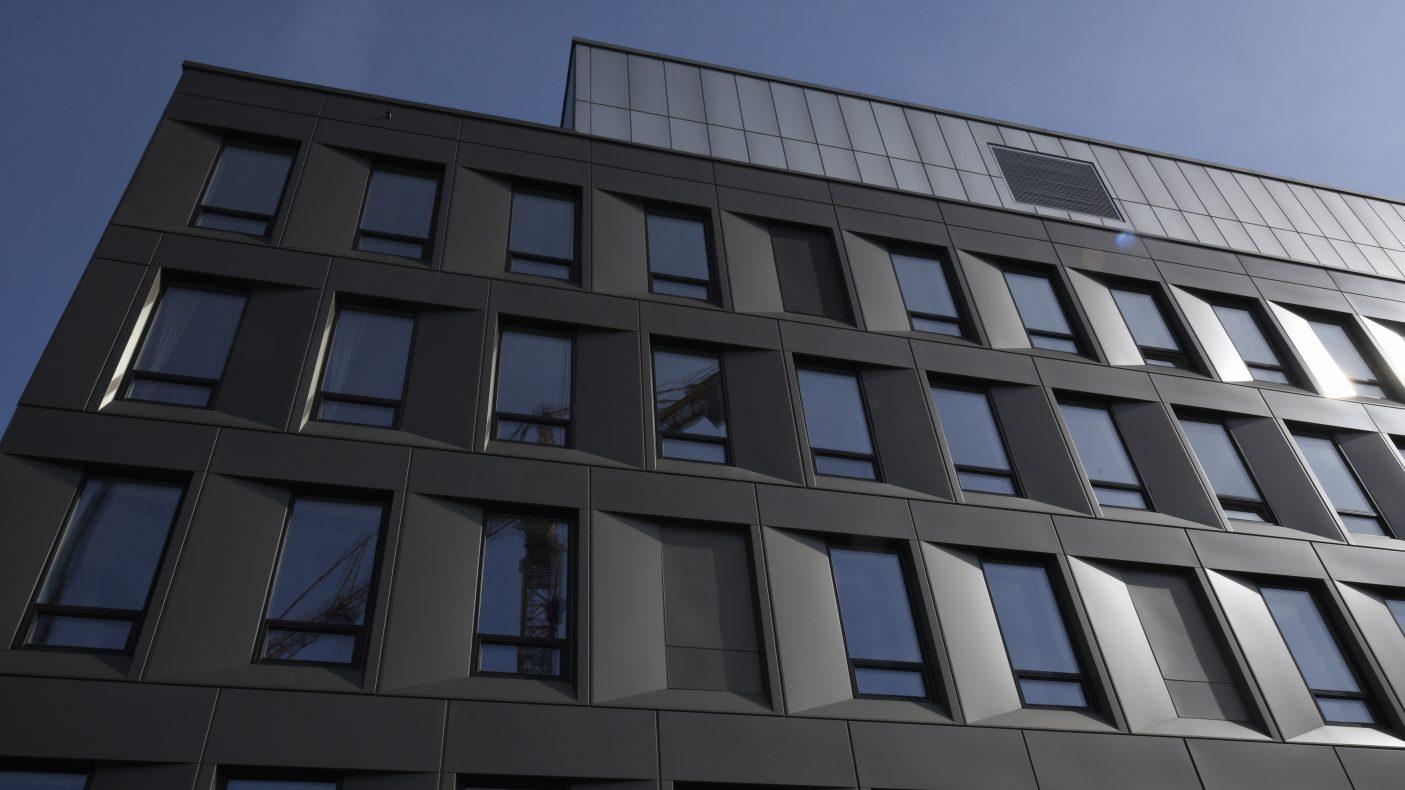 Varer som aluminium blir dyrere. Her en fasade ved Tønsberg sykehus.