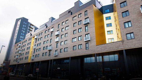 10 000 kvadratmeter med fasadeplater