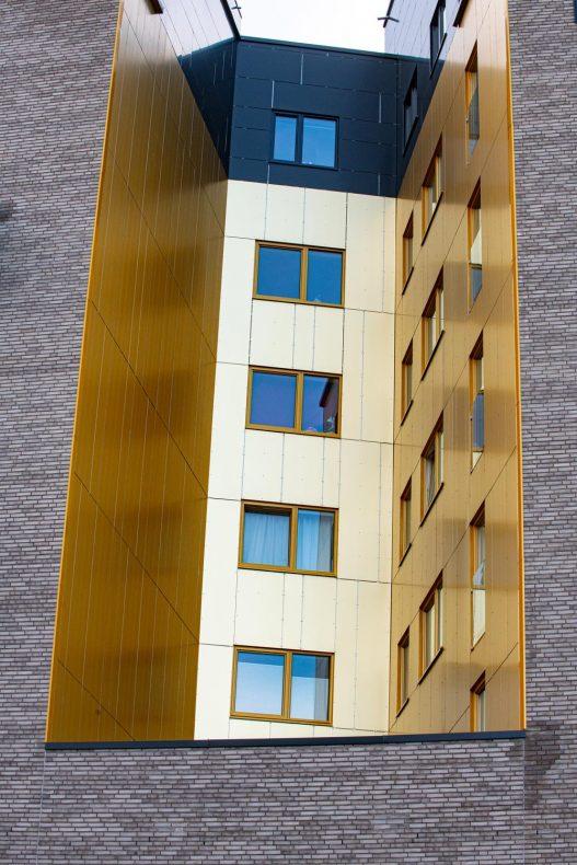 I en huk på bygget er det gulleloksert aluminium som gir en fin kontrast.